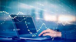 laptop mit hand und zahlen bei der elektronischen rechnung und verwaltung