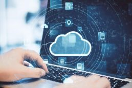 Dokumenten-Management in der Cloud mit Händen auf Laptop