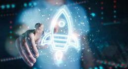 POSTSTELLEN-MANAGEMENT rakete hologram mit händen und person im hintergrund