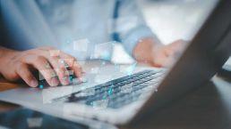 Hände mit Laptop bei der digitalen Transformation